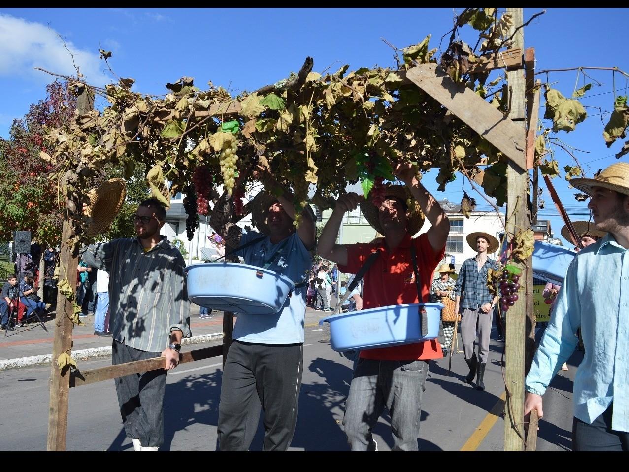Foto Desfiles da FenaVindima 2020 ocorrem nos domingos em Flores da Cunha