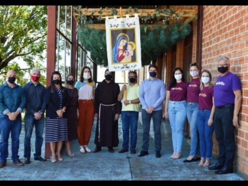 Foto Estandarte da Nossa Senhora da Uva é entregue à comunidade