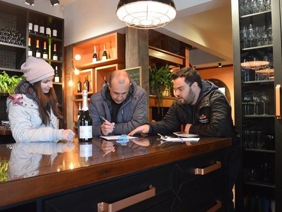 Foto Amostras de vinhos, sucos e espumantes são coletadas para a Seleção dos Melhores Vinhos de Flores da Cunha