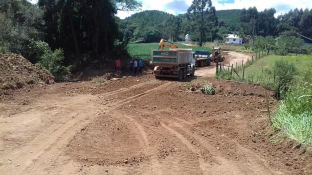 Foto de capa da notícia: Administração intensifica o trabalho nas melhorias de estradas