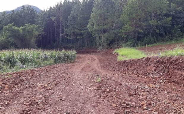 Foto de capa da notícia: Estrada na comunidade Santo Antônio está recebendo melhorias