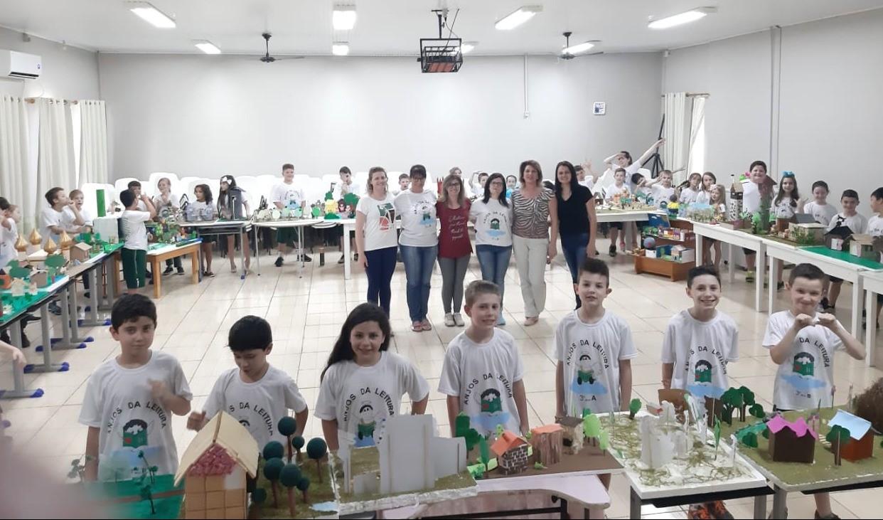 """Foto de capa da notícia: Escola Imaculada Conceição realiza exposição de maquetes dos """"Anjos da Leitura"""""""
