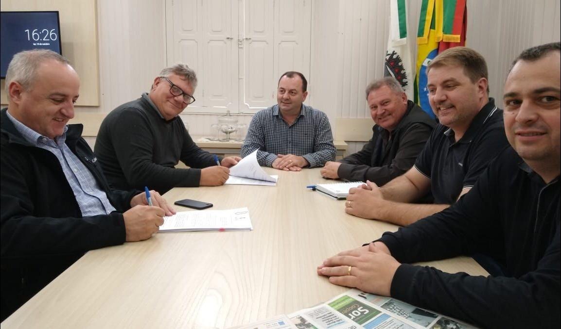 Foto de capa da notícia: Pavimentação: Assinados contratos de pavimentação nas ruas Antônio Quast, Alberto Pasqualini e Travessa São José
