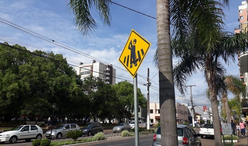 Foto de capa da notícia: Placas educativas são instaladas para chamar atenção dos condutores em Guaporé