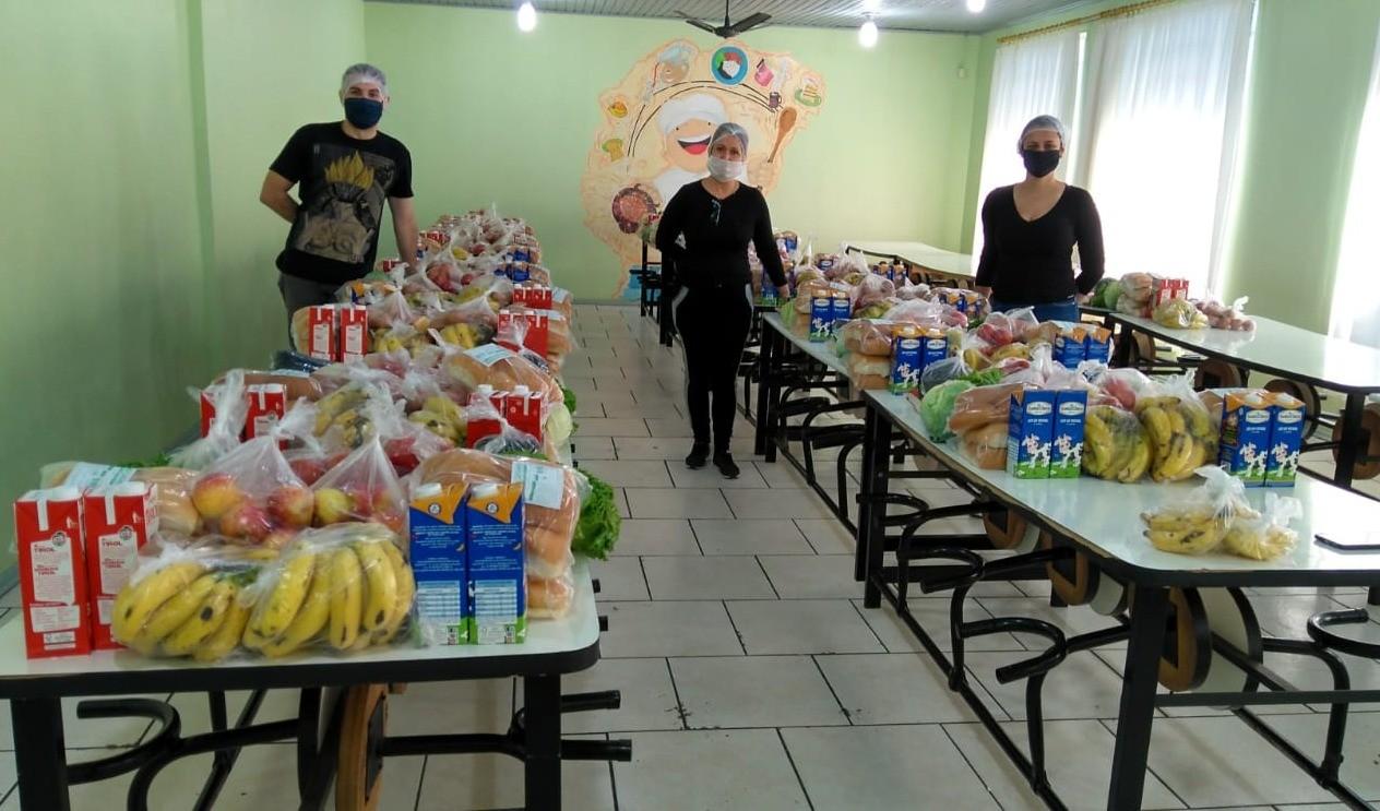 Foto de capa da notícia: Secretaria de Educação entregará mais 122 sacolas confeccionadas com alimentos da merenda escolar