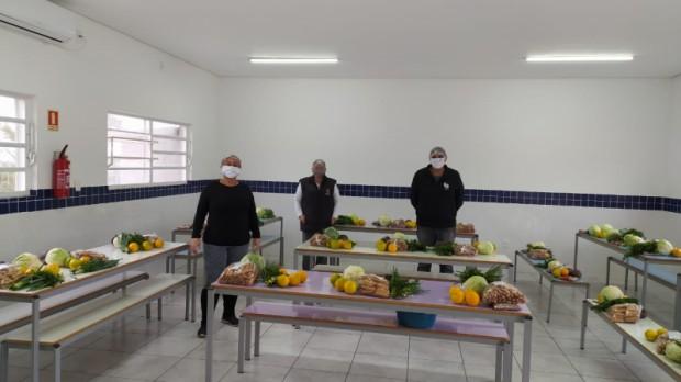 Foto de capa da notícia: Secretaria de Educação segue distribuindo cestas com produtos da agricultura familiar