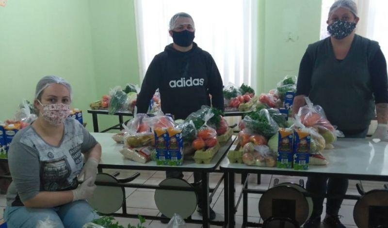 Foto de capa da notícia: Secretaria Municipal de Educação dá continuidade na entrega de alimentos à comunidade escolar