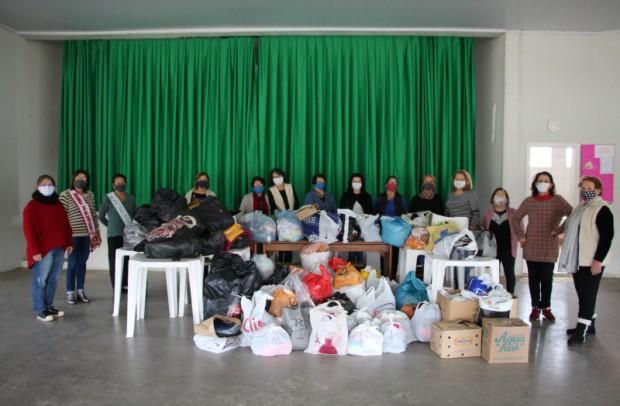Foto de capa da notícia: Conselho de Clube de Mães entrega donativos para a Campanha do Agasalho 2020