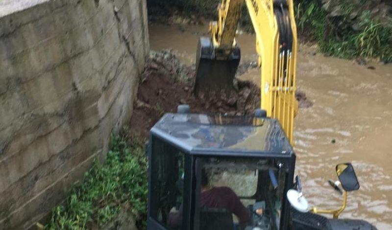Foto de capa da notícia: Secretaria de Obras efetua manutenção do canal do Arroio Barracão