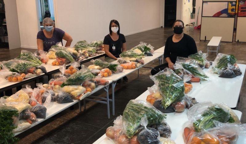 Foto de capa da notícia: Secretaria de Educação entrega cerca de 1000 kits de alimentos para as famílias