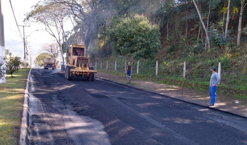 Foto de capa da notícia: Poder Público recupera trecho asfáltico da Avenida Silvio Sanson