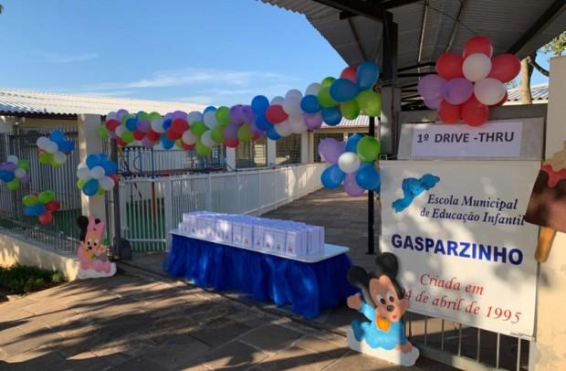 """Foto de capa da notícia: Escola Municipal de Educação Infantil Gasparzinho realiza """"Drive Thru"""""""