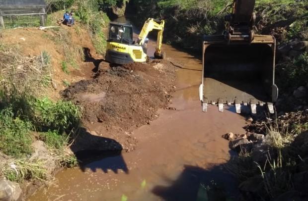 Foto de capa da notícia: Secretaria Municipal de Obras realiza limpeza e alargamento do Arroio Barracão