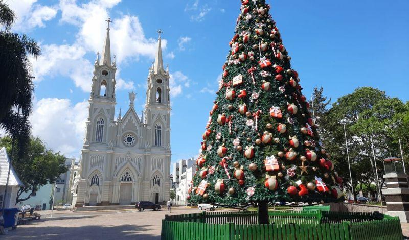 Foto de capa da notícia: Encanto e magia: Guaporé enfeita-se para celebrar o Natal