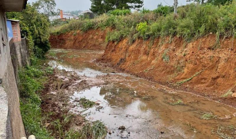 Foto de capa da notícia: Secretaria de Obras executa limpeza do leito do Arroio Barracão