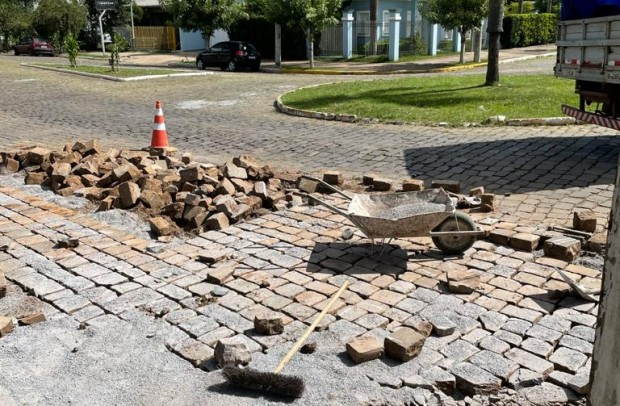 Foto de capa da notícia: Secretaria Municipal de Obras recupera vias em paralelepípedos