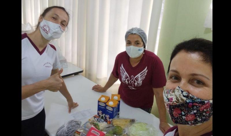 Foto de capa da notícia: Kits de alimentos são entregues pela Secretaria Municipal de Educação