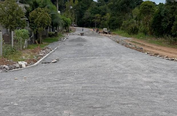 Foto de capa da notícia: Em parceria com moradores, Poder Público realiza mais duas quadras de pavimentação