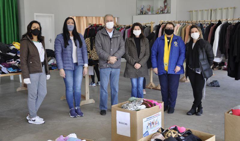 Foto de capa da notícia: Um abraço de solidariedade! Milhares de roupas e calçados à disposição da comunidade guaporense na Campanha do Agasalho 2021