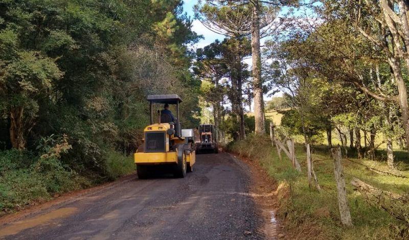 Foto de capa da notícia: Secretarias de Agricultura e Obras realizam manutenções constantes nas estradas vicinais