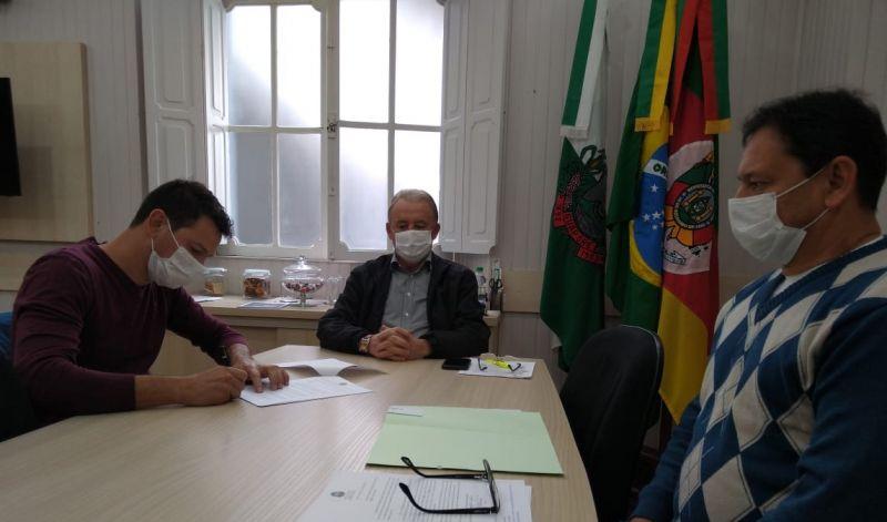 Foto de capa da notícia: Poder Público assina contratos para instalações de novas empresas no Distrito Industrial em Guaporé