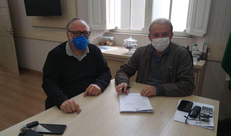 Foto de capa da notícia: Administração Municipal assina contrato de repasse de recursos para a Horta Comunitária Bruno José Campos