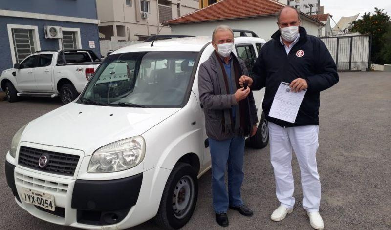 Foto de capa da notícia: Poder Público entrega veículo para o Lar Santa Rita de Guaporé