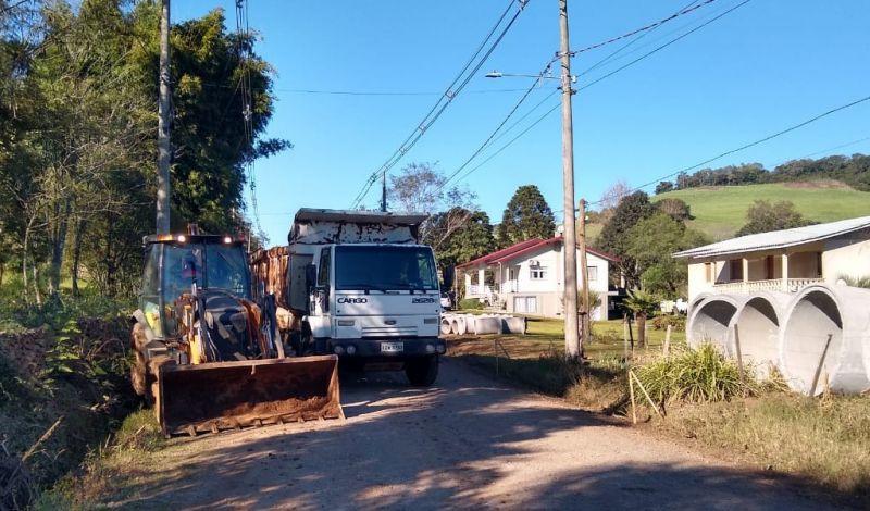 Foto de capa da notícia: Administração Municipal inicia mais um trecho de pavimentação na Linha Oitava