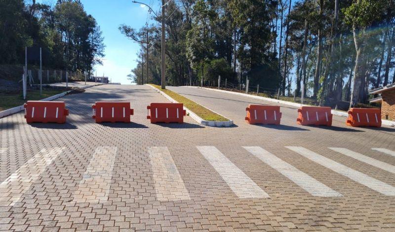 Foto de capa da notícia: Contra a Covid-19: Para evitar aglomerações, vias urbanas do Loteamento Araucárias são trancadas