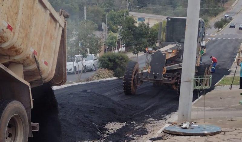 Foto de capa da notícia: Administração Municipal repavimenta em asfalto mais um trecho da rua Pinheiro Machado