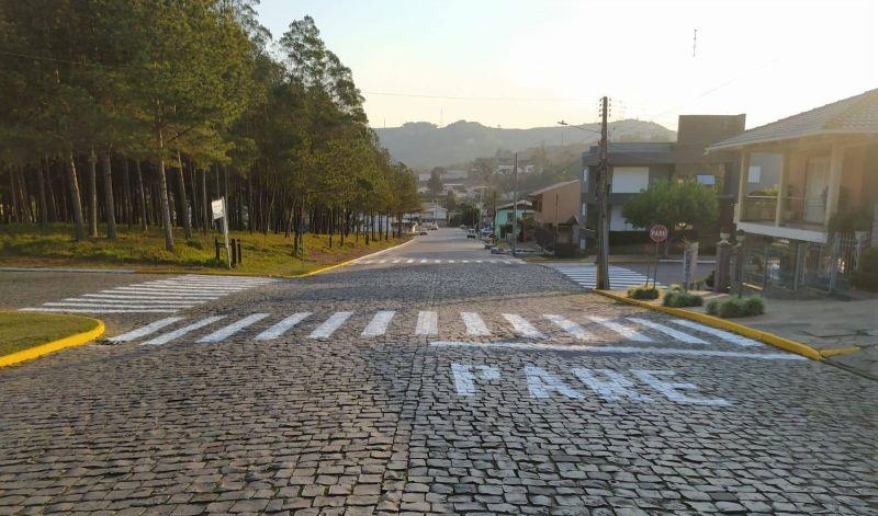 Foto de capa da notícia: Poder Público sinaliza vias urbanas e estradas vicinais