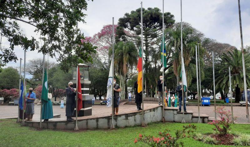 Foto de capa da notícia: 32ª Semana Farroupilha é aberta com o acendimento do candeeiro crioulo em Guaporé