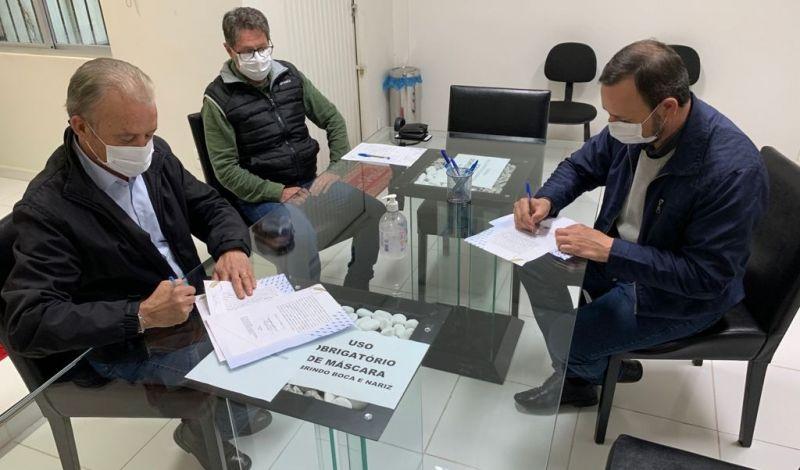 Foto de capa da notícia: Administração Municipal e Associação Beneficente São Carlos assinam regularização de áreas no bairro São José