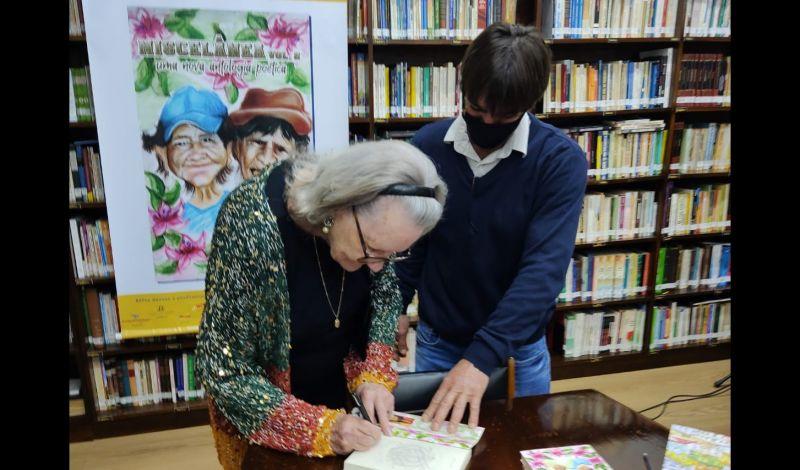 """Foto de capa da notícia: Sarau marca entardecer de autógrafos do livro """"Miscelânea – Volume 2"""""""