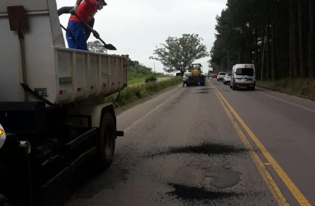 Foto de capa da notícia: Administração Municipal realiza operação tapa buracos na ERS-129 em Guaporé