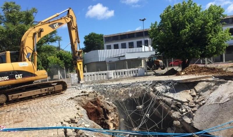 Foto de capa da notícia: Poder Público efetua demolição de ponte sobre o Arroio Barracão