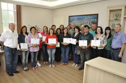 Foto de capa da notícia: Poder Público Municipal de Guaporé entrega certificado a servidores