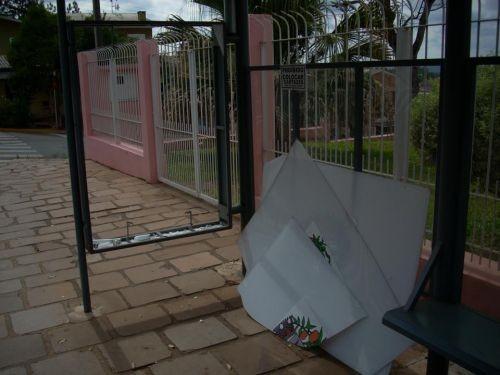 Foto de capa da notícia: Vandalismo em parada de ônibus