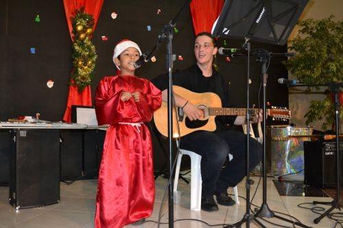 Foto de capa da notícia: Crianças da rede municipal abrilhantam abertura do Natal Dourado de Guaporé