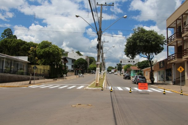 Foto de capa da notícia: Faixas de segurança estão sendo pintadas na Avenida Silvio Sanson