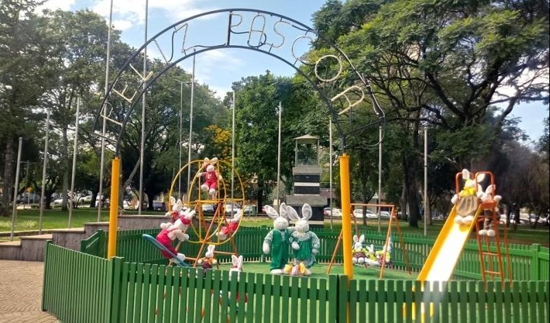 Foto de capa da notícia: Aldeia de Páscoa começa a ganhar forma na praça central