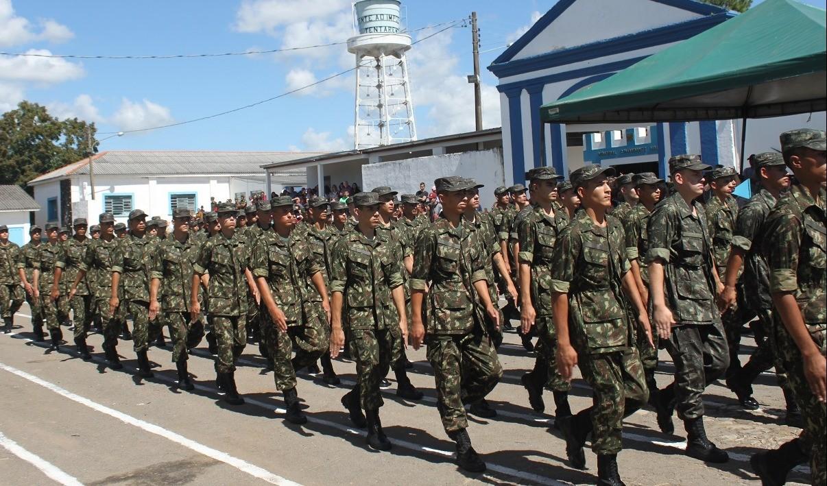 Foto de capa da notícia: 26 novos recrutas de Guaporé incorporados ao Portão das Armas do 6º BE Cmb