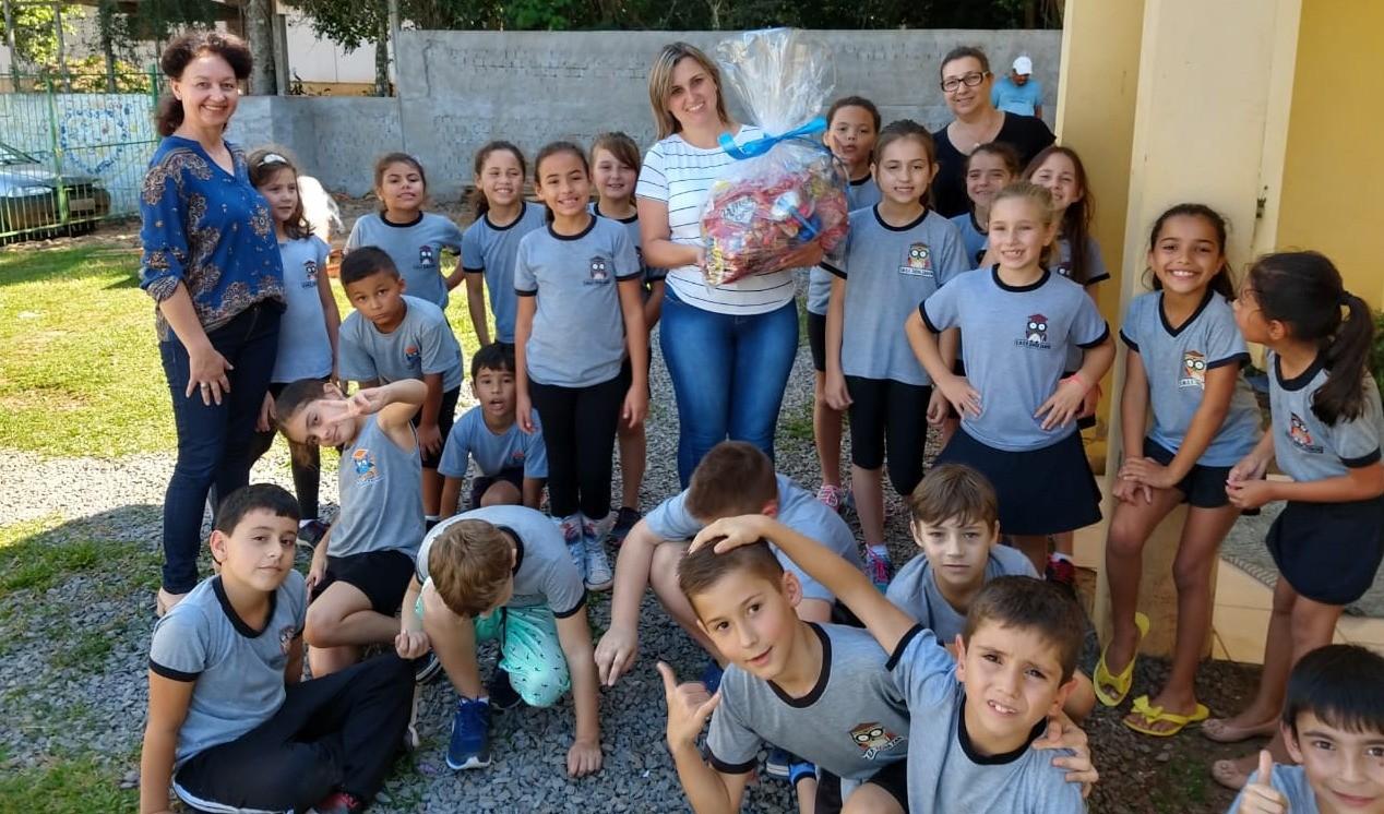Foto de capa da notícia: Escola Municipal Zaida Zanon proporciona uma Páscoa doce para a Casa de Acolhimento e Escola Mônica