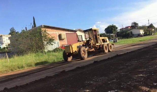 Foto de capa da notícia: Secretaria de Obras atua no interior e libera trânsito na João Manoel Pereira