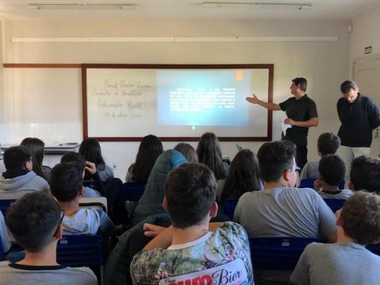 Foto de capa da notícia: Técnico da Receita Estadual compartilha conhecimentos com alunos da Escola Zaida Zanon