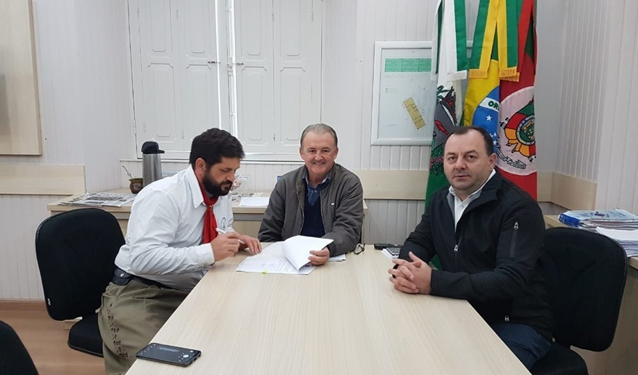 Foto de capa da notícia: Poder Público efetua termo de concessão de uso de Centro de Eventos ao CTG Os Desgarrados