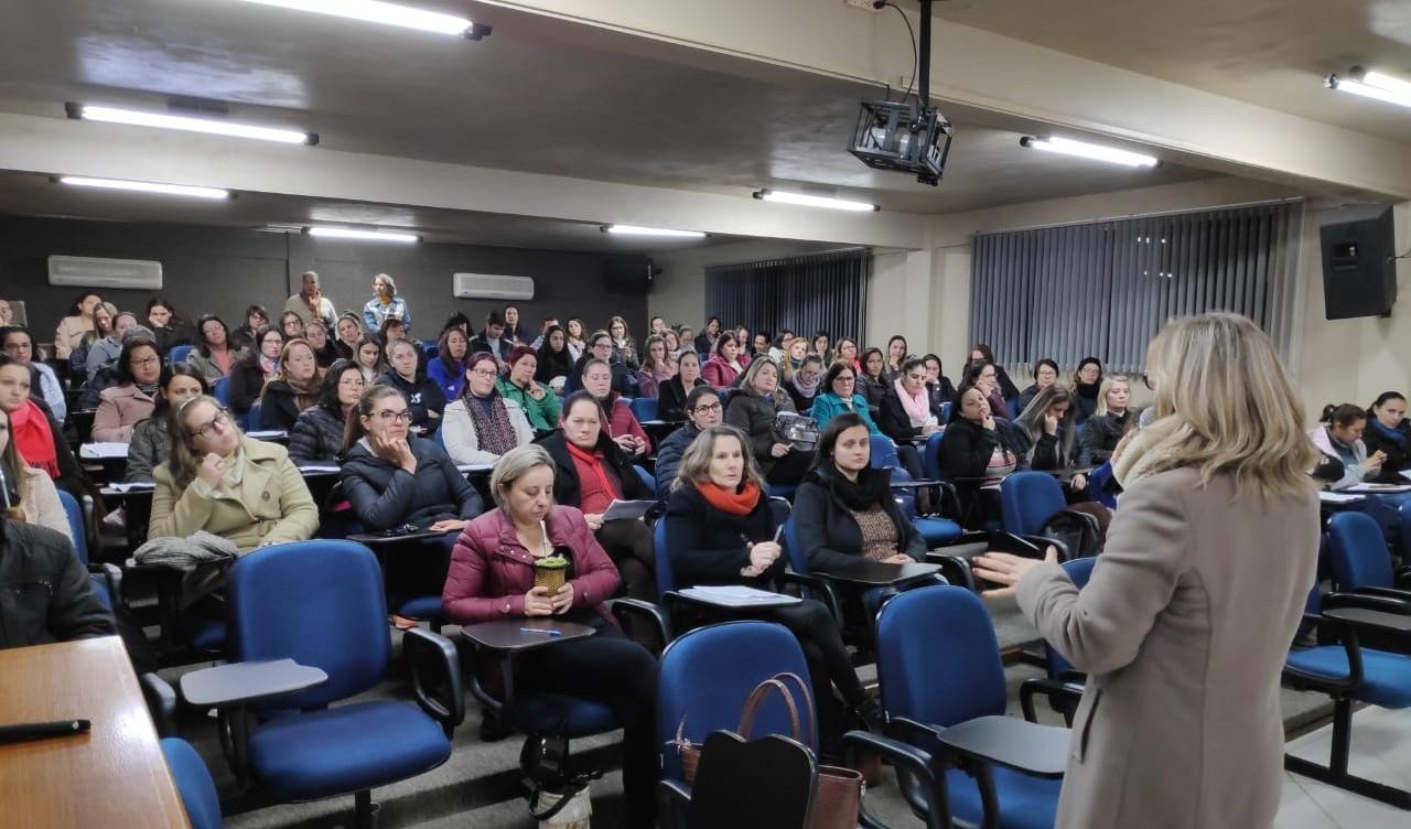 Foto da Notícia Monitores da Rede Municipal de Ensino participam de encontro de formação