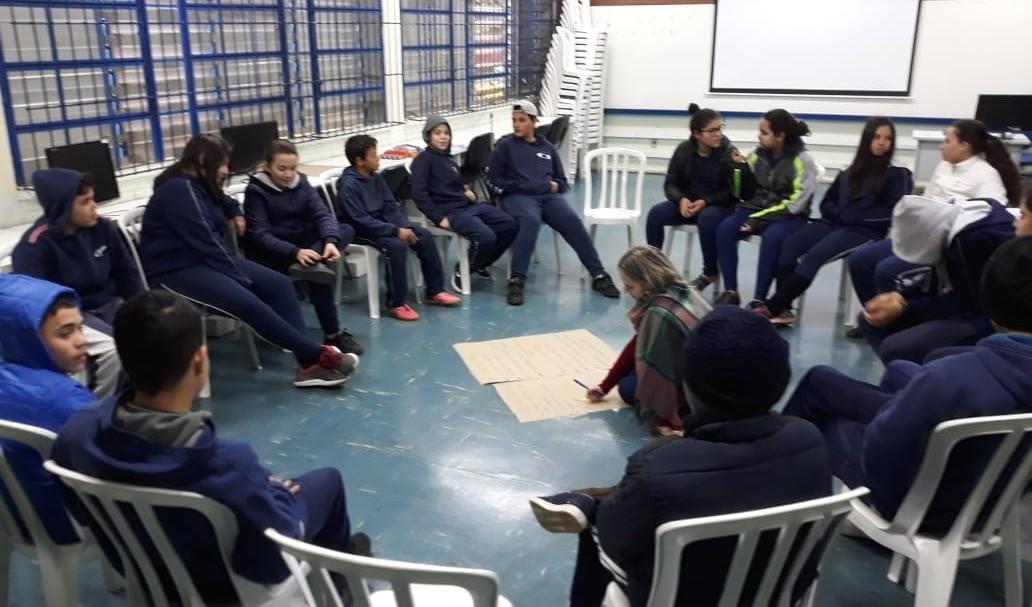 Foto de capa da notícia: Poder Público promove Círculos Restaurativos de Diálogo e Resolução Não Violenta de Conflitos nas Escolas da Rede Municipal