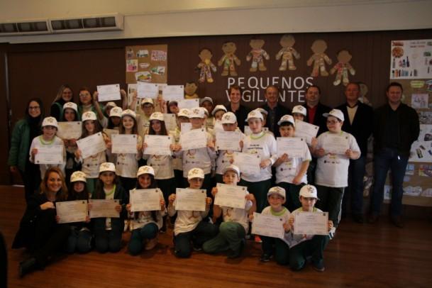 """Foto de capa da notícia: 160 crianças recebem certificado no projeto """"Pequenos Vigilantes"""""""
