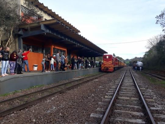 Foto de capa da notícia: Quatro décadas depois, Ferrovia do Trigo volta a receber trem de passageiros